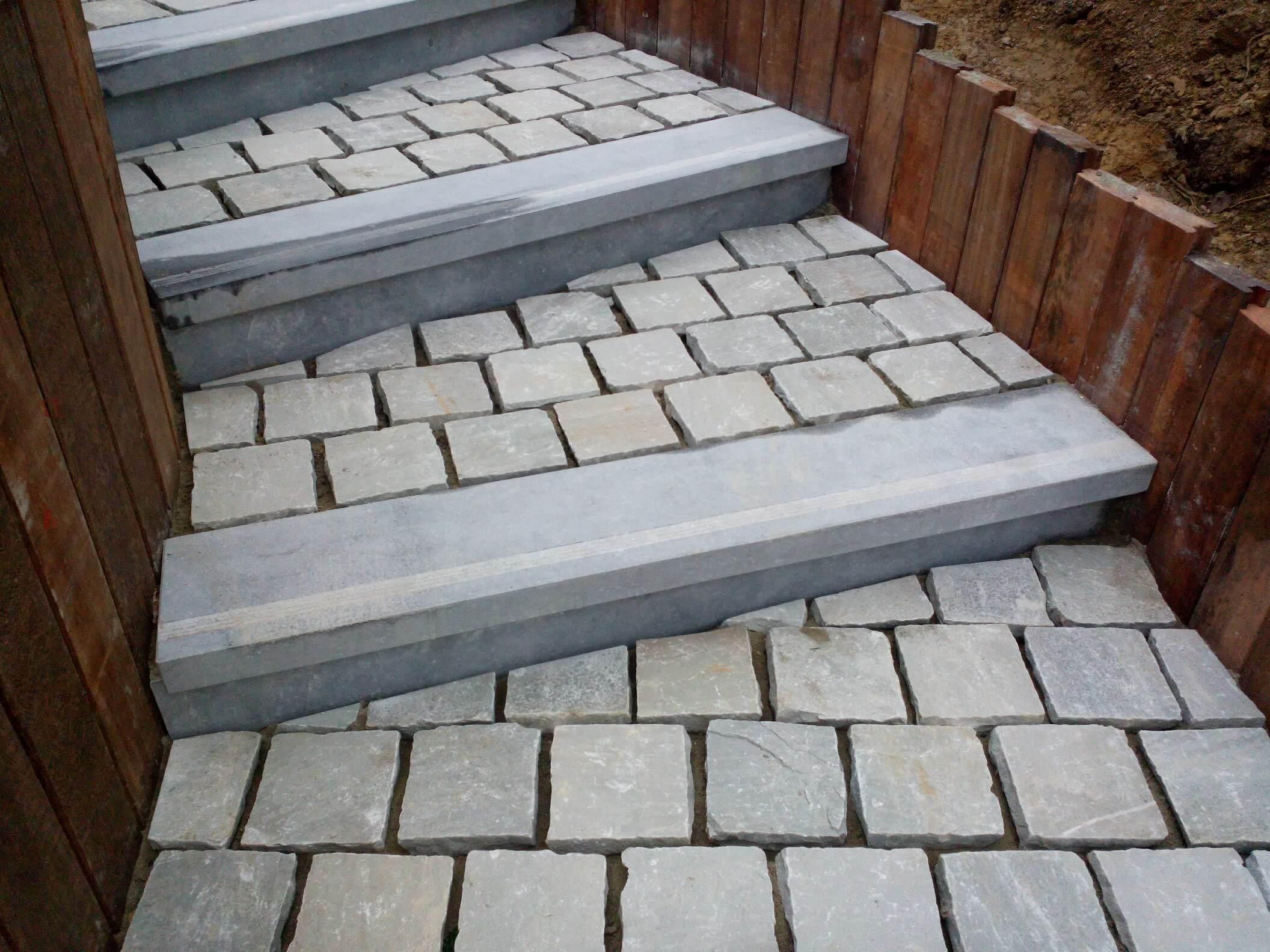 Pav kandla retenue de terre azob escalier pierre bleue for Pierre reconstituee pour escalier exterieur